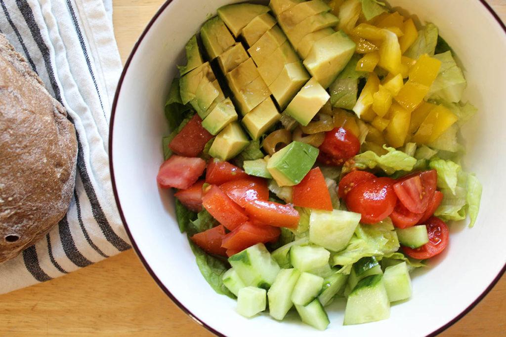 Πολύχρωμη σαλάτα με αβοκάντο