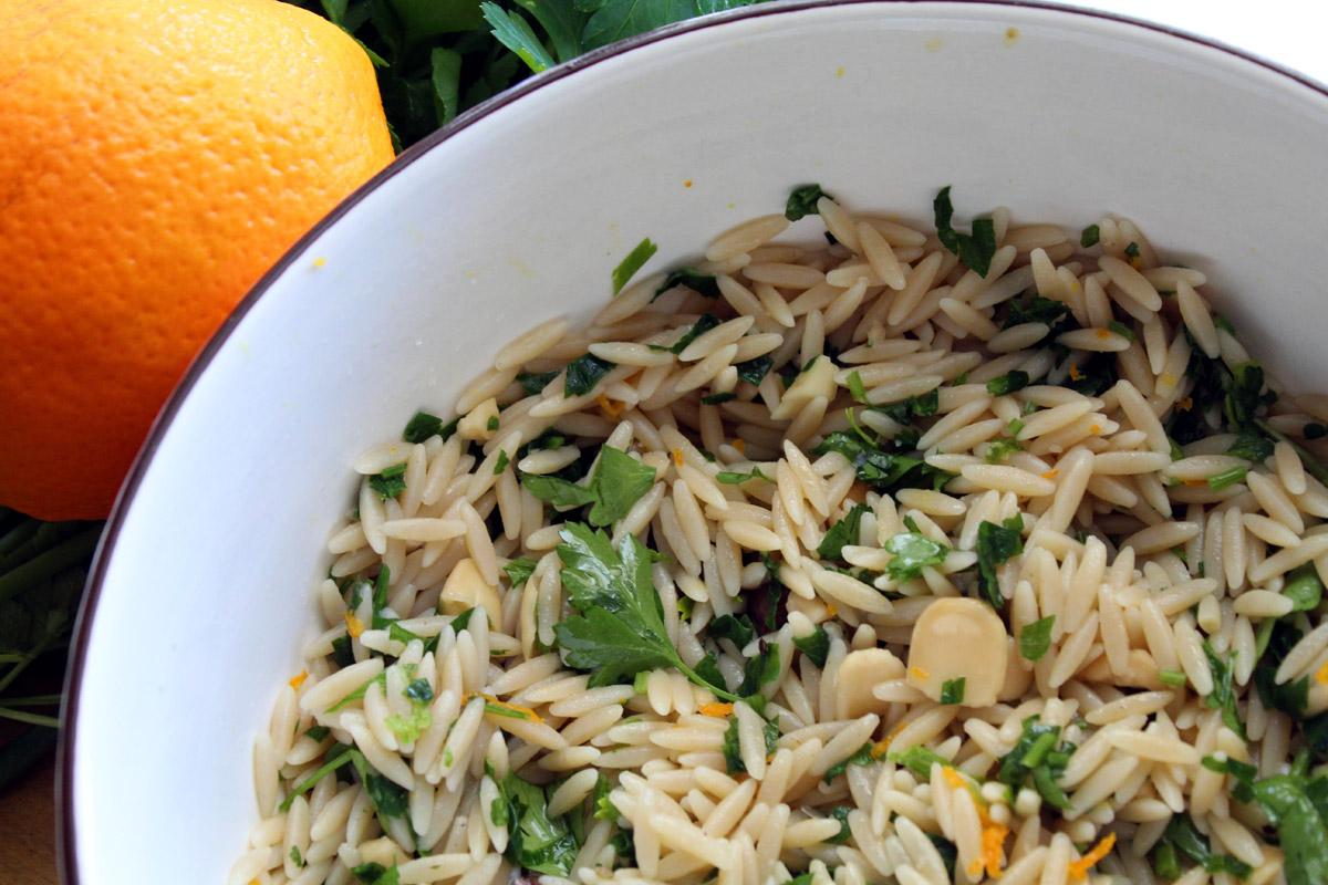 Σαλάτα με κριθαράκι ολικής και ντρέσιγκ πορτοκάλι
