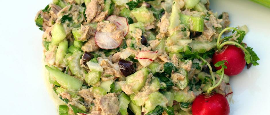 Υγιεινή τονοσαλάτα με σέλερυ και πικάντικο ντρέσινγκ
