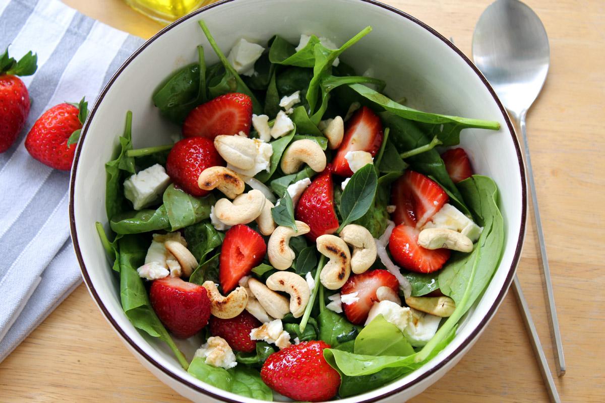 Σαλάτα με σπανάκι, φράουλες και κατσικίσιο τυρί