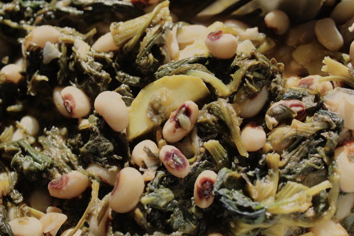 Μαυρομάτικα φασόλια με σπανάκι