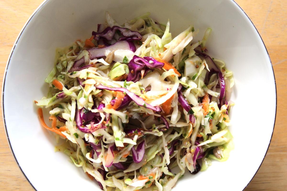 Σαλάτα με μήλο, άσπρο και μωβ λάχανο