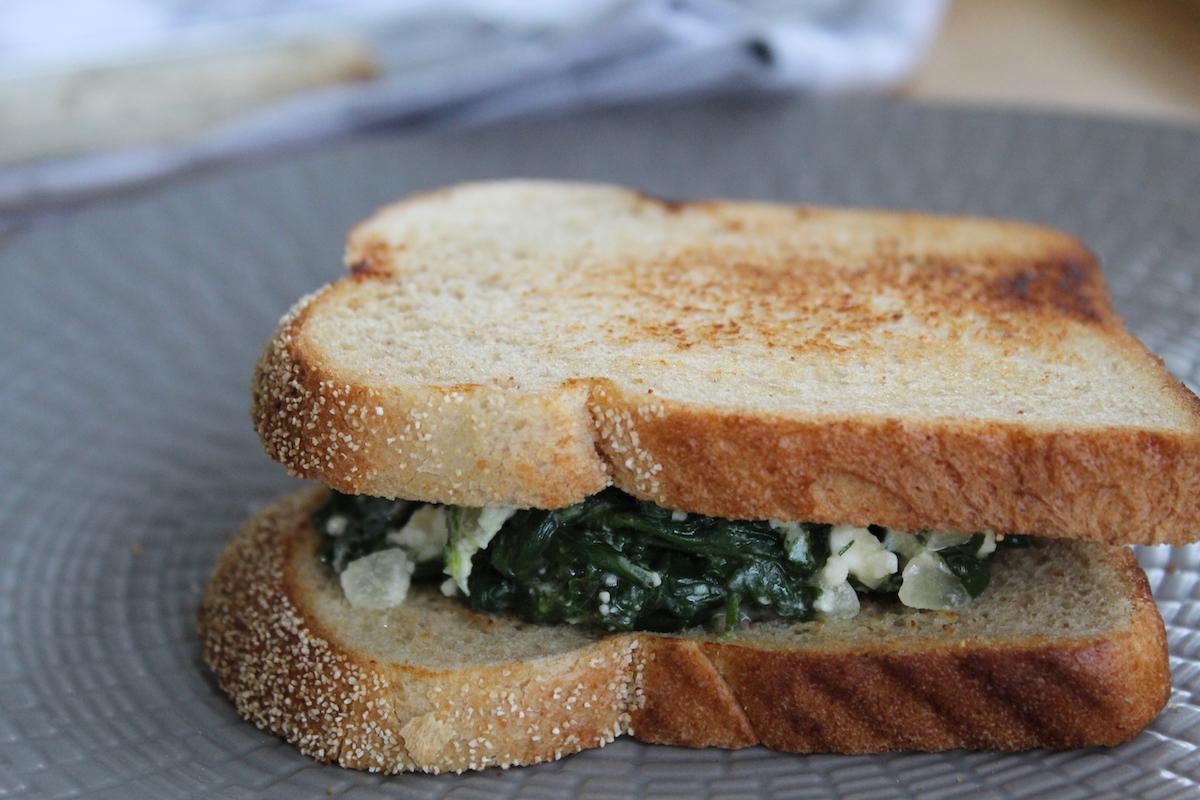 Σάντουιτς με σπανάκι και τυρί φέτα