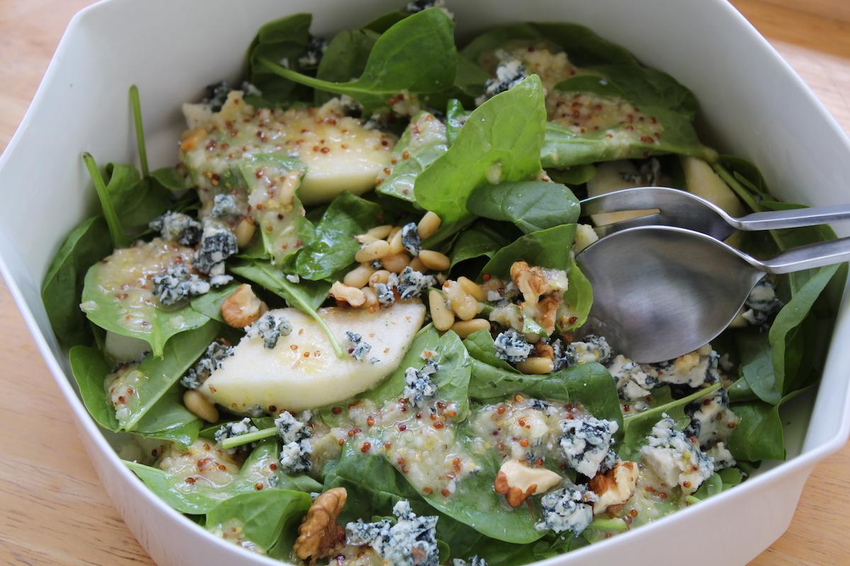 Σαλάτα με σπανάκι, αχλάδι και blue cheese χαμηλών λιπαρών
