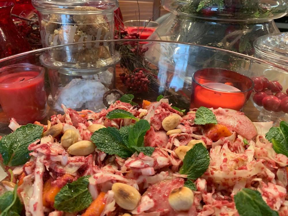 Σαλάτα λάχανο με κολοκύθα και πέστο παντζαριού