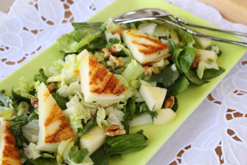 Πράσινη σαλάτα με μήλο και ταλαγάνι