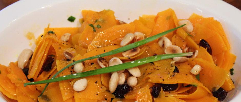 Σαλάτα κίτρινης κολοκύθας με αμύγδαλα και αποξηραμένα φρούτα
