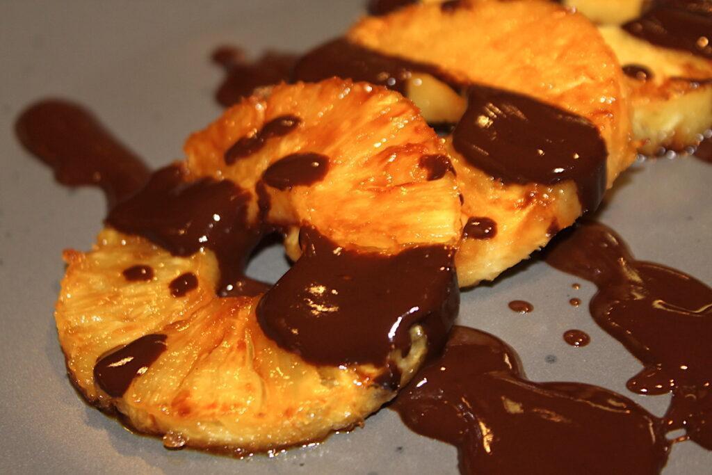 Ανανάς με σως σοκολάτας