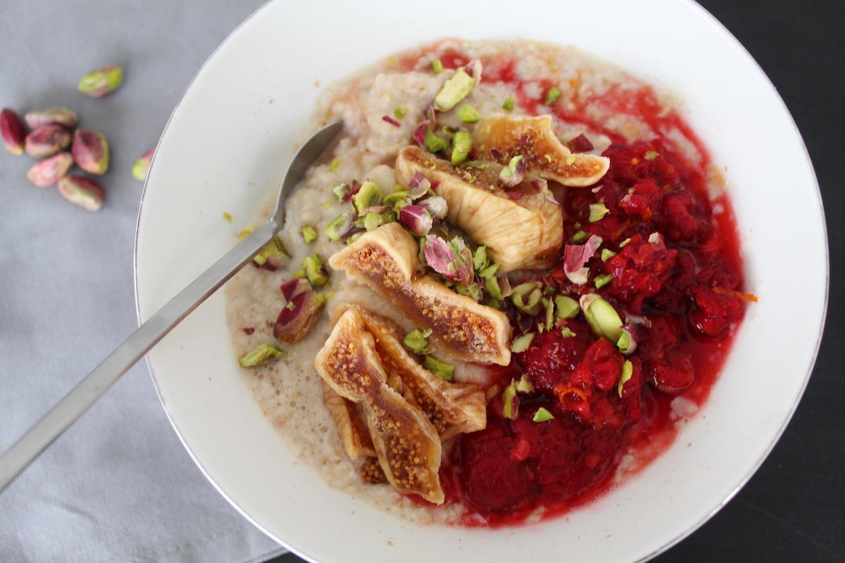 Πρωινό με βρώμη και κόκκινα φρούτα