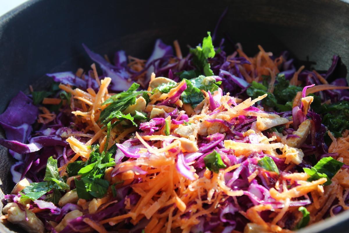Πολύχρωμη σαλάτα με μωβ λάχανο και καρότο