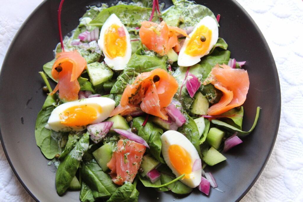 Σαλάτα με αβγά και καπνιστό σολομό
