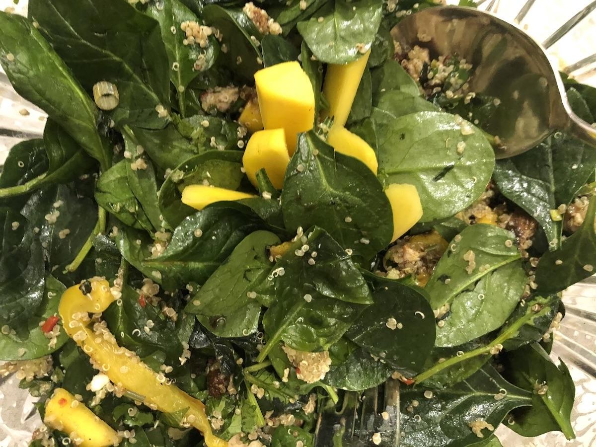 Σαλάτα με κινόα, σπανάκι και μάνγκο
