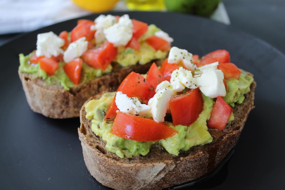 Ανοικτό σάντουιτς με αβοκάντο και φέτα