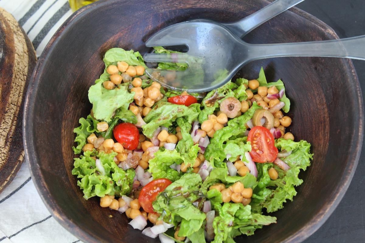 χορταστική σαλάτα με ρεβίθια