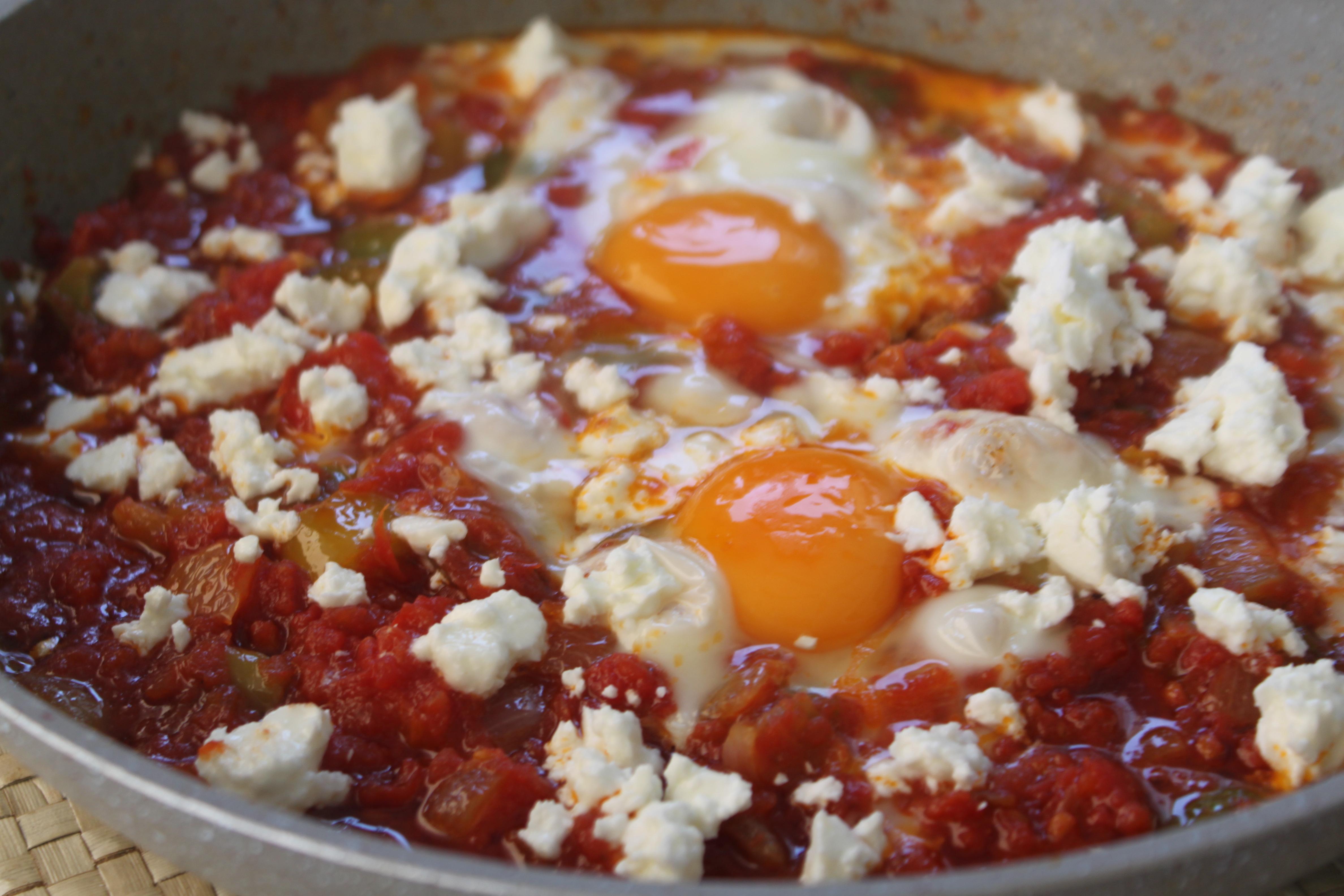 αβγά σαγανάκι με σάλτσα ντομάτας