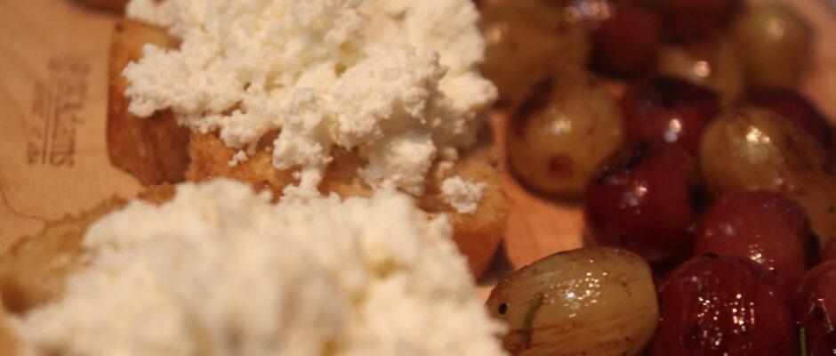 Μπρουσκέτες με φρέσκια μυζήθρα και γλασαρισμένα σταφύλια