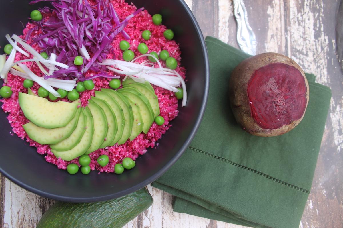 Πολύχρωμη σαλάτα με ωμό κουνουπίδι
