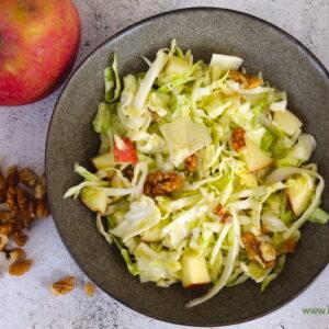 Λαχανοσαλάτα με μήλο και καρύδια
