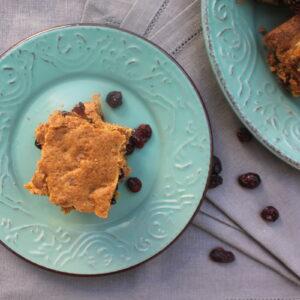 Κέικ ταψιού με κράνμπερις και καρύδια