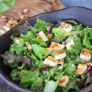 Πράσινη σαλάτα με χαλούμι και σως μελιού