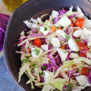 Σαλάτα λάχανο με βασιλικό και μοτσαρέλα