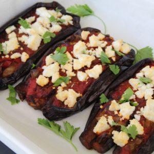 Μελιτζάνες με σάλτσα ντομάτας και κατσικίσιο τυρί