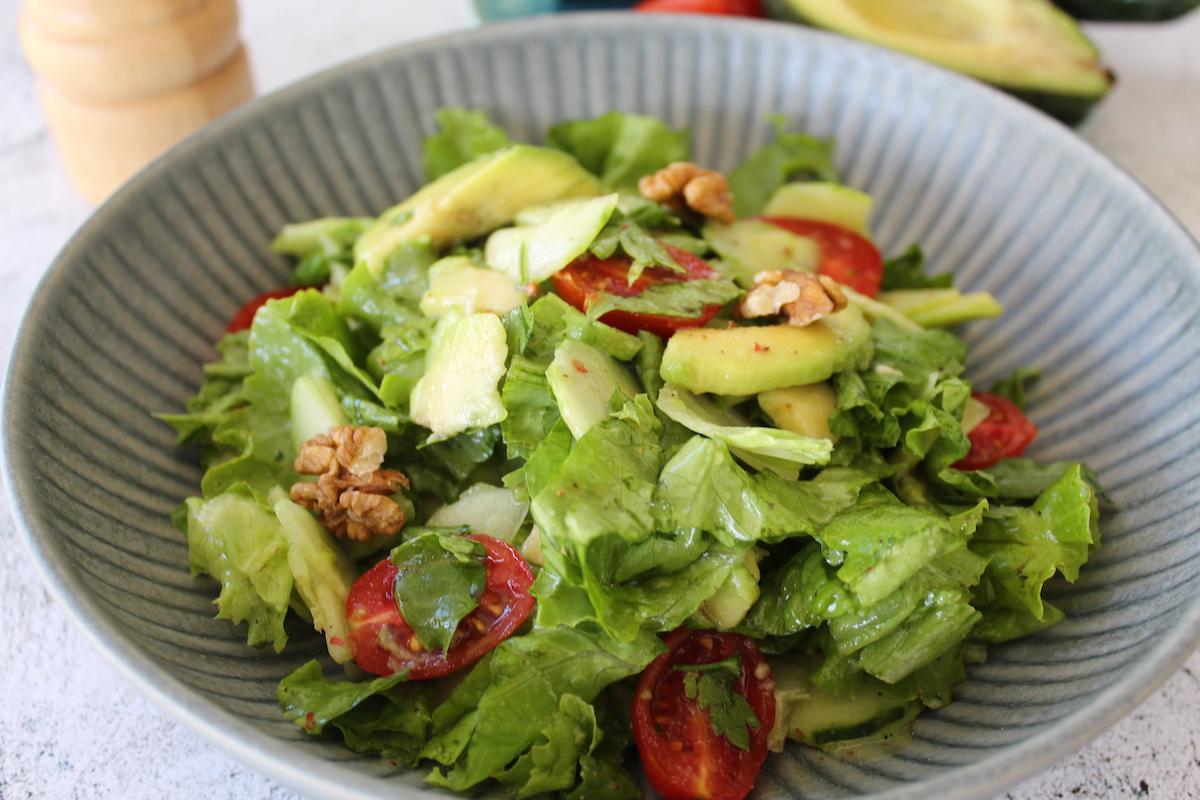 Υγιεινή σαλάτα με αβοκάντο και καρύδια